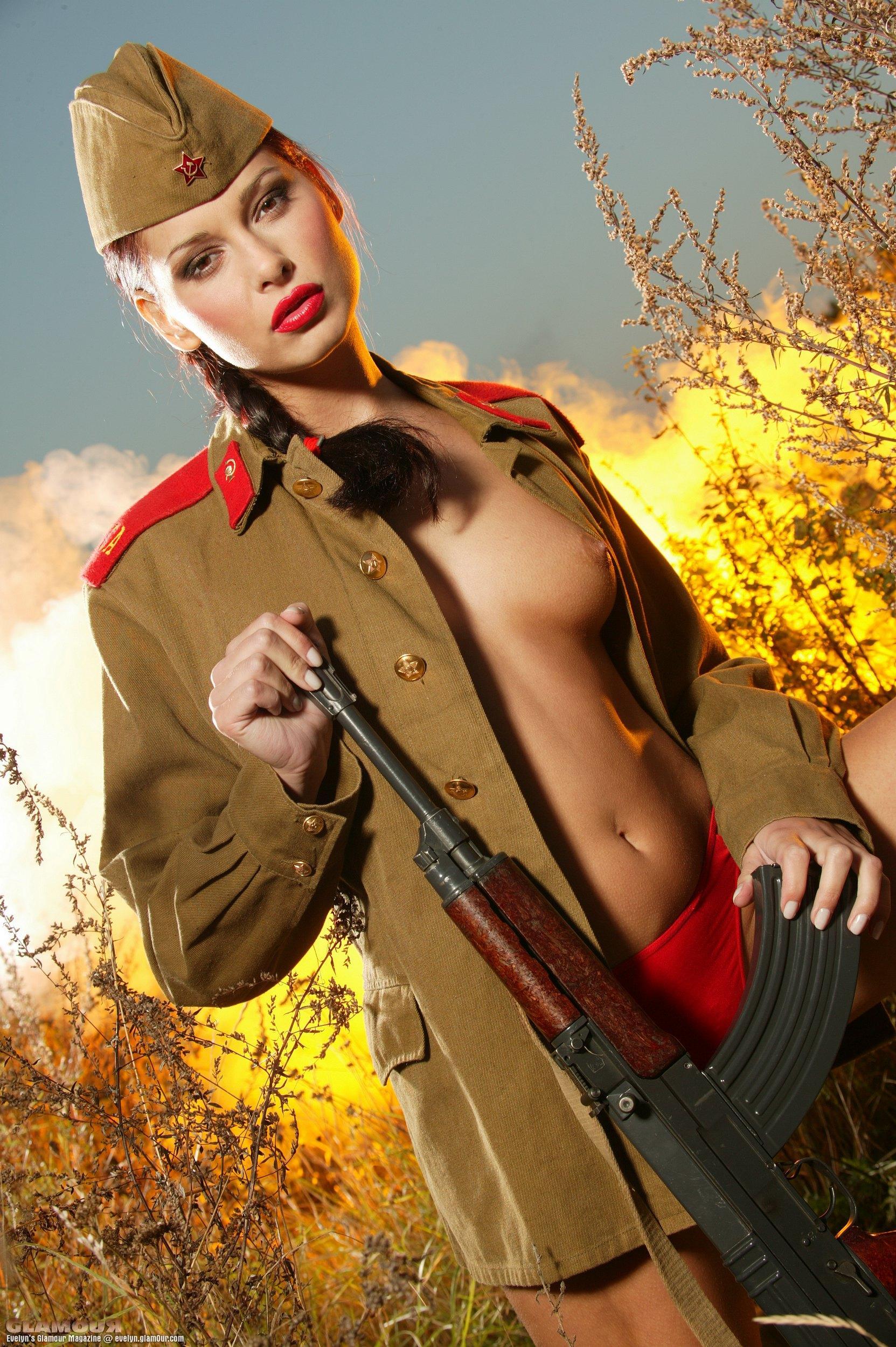 Эротика женщины в военном — 10