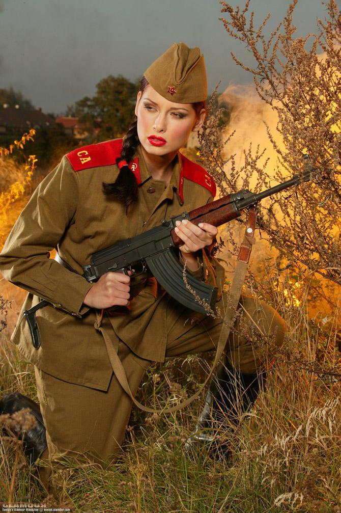 девушку в военной форме ебутся русские виду фаллоимитатор