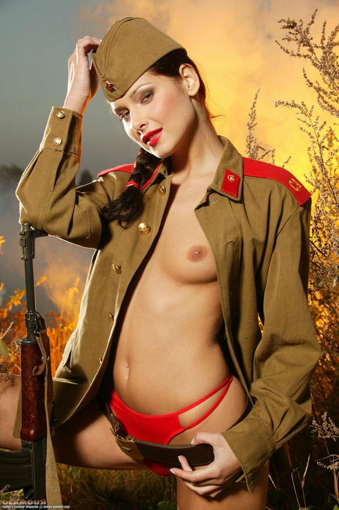 вашим услугам голые фото девушек в военной форме домашние