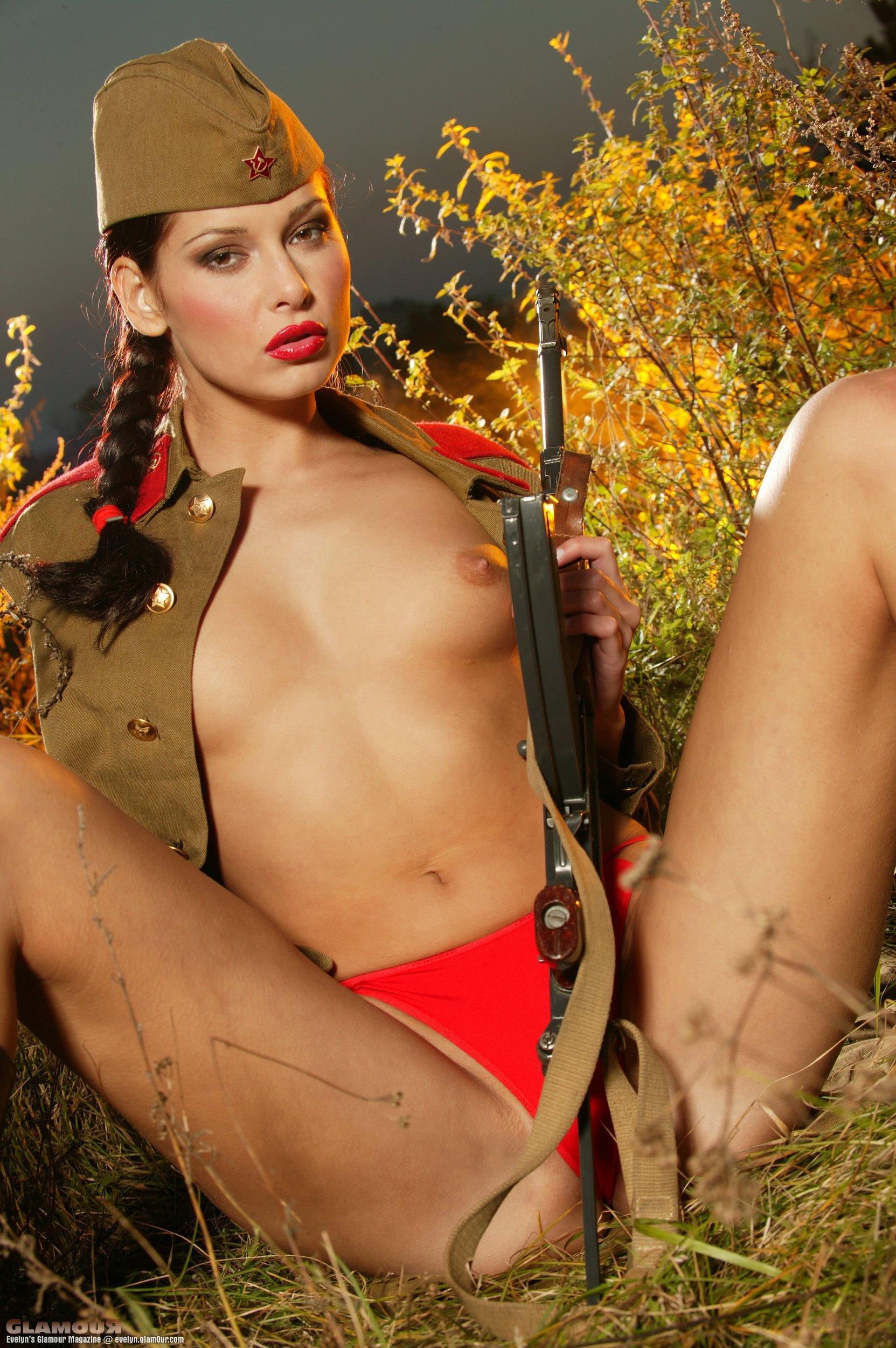хочу голые фото девушек в военной форме такого видео
