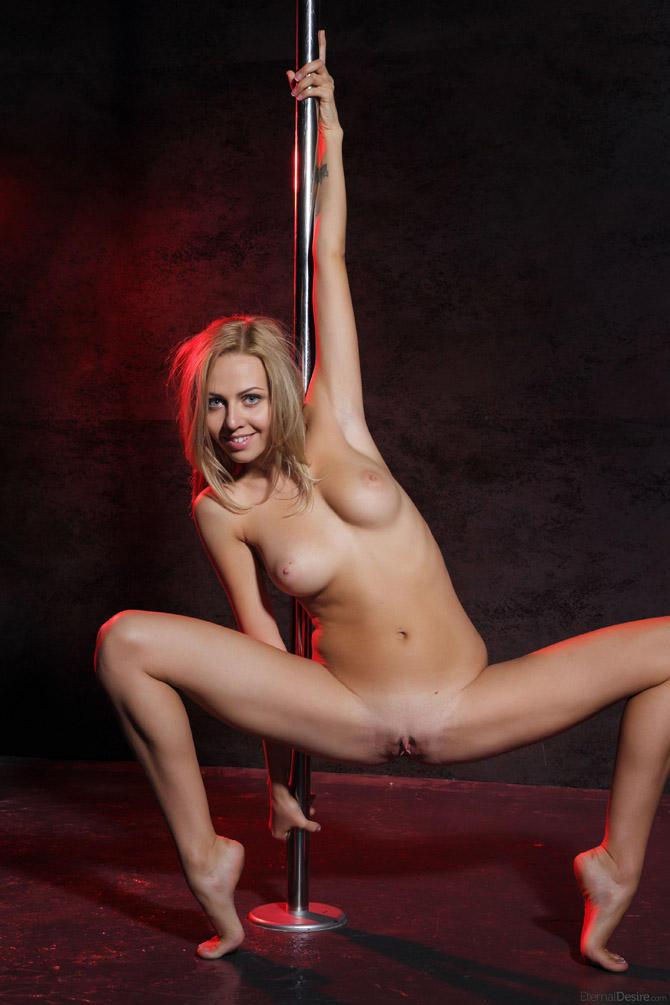 golie-babi-tantsuyut-striptiz