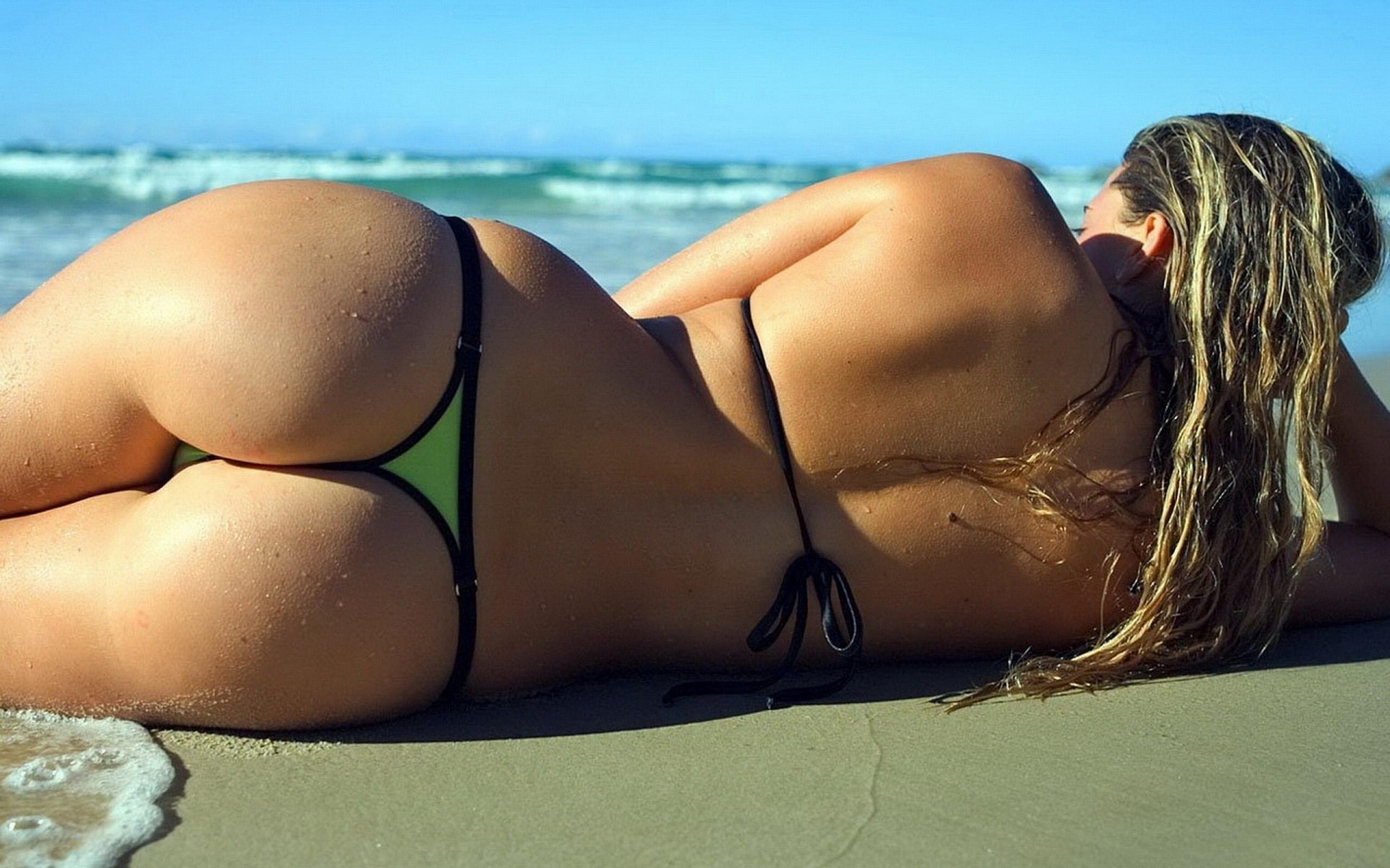 Jennifer lopez shows off her beautiful booty in skin