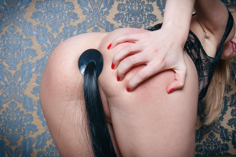 Женщины с хвостом в анусе порно фото